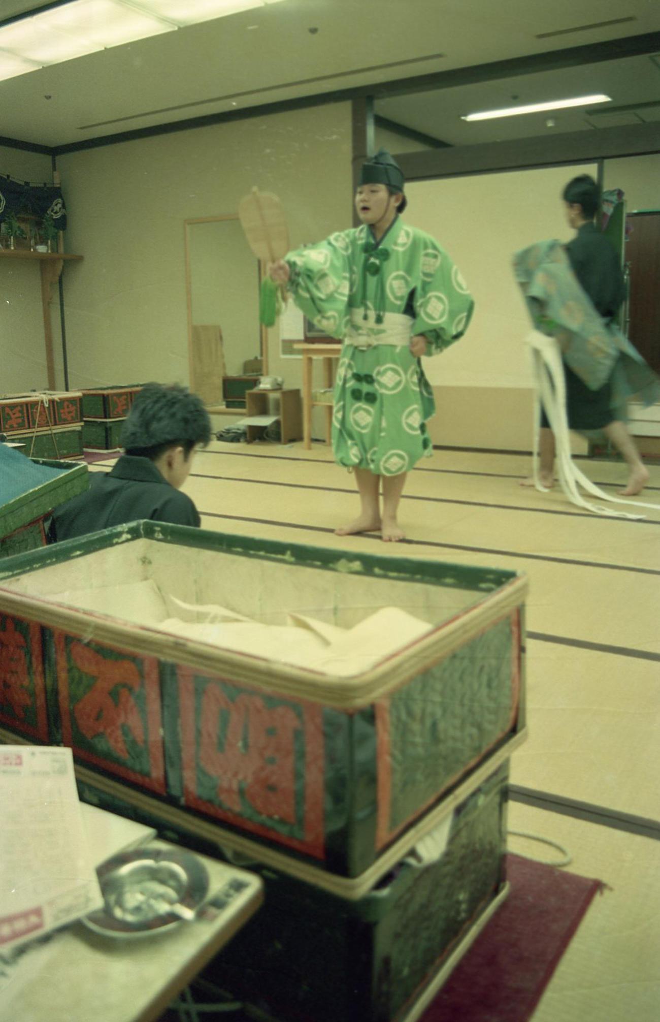 行司控室で指導を受ける行司として二所ノ関部屋に入門した押田裕光(1989年1月20日撮影)