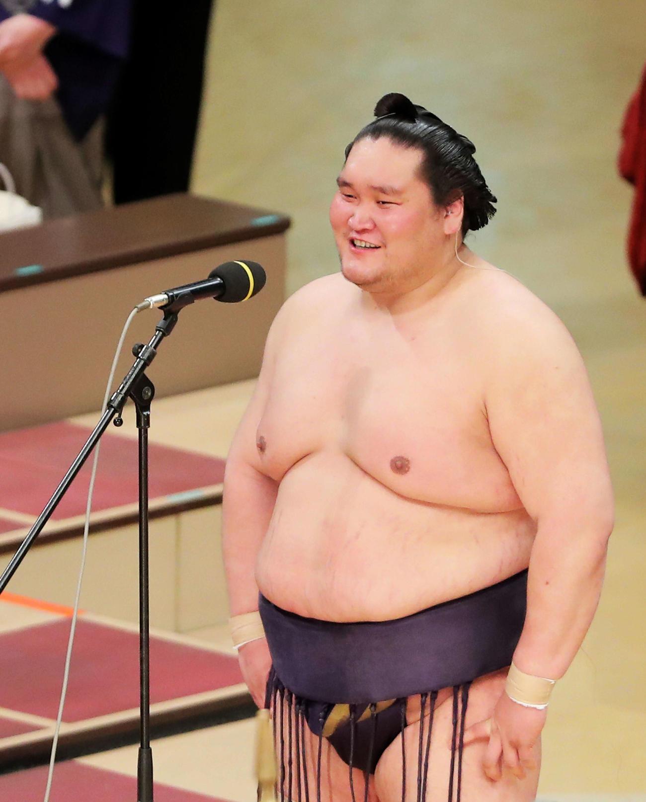 21年3月28日、優勝インタビューで笑顔を見せる照ノ富士