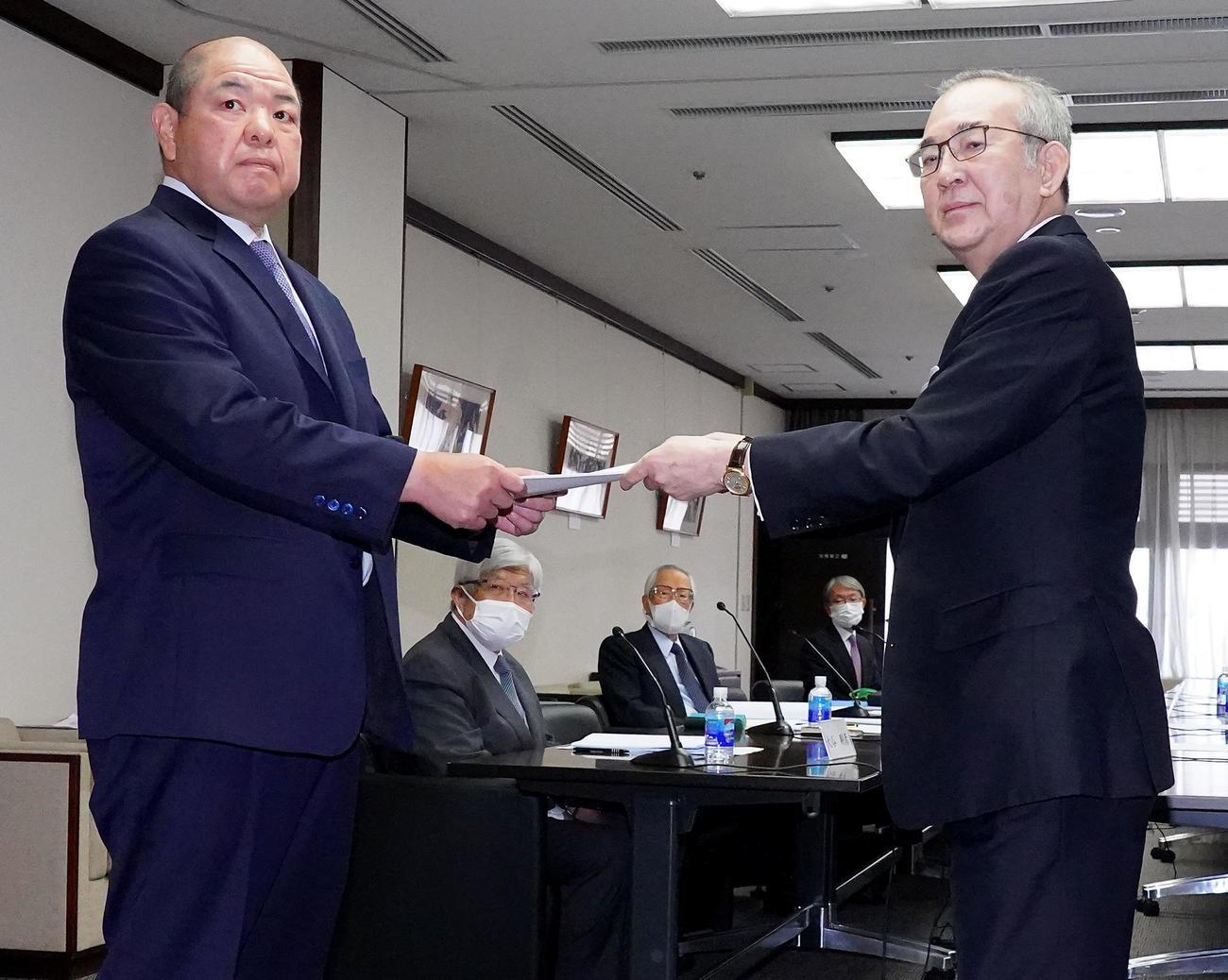 「大相撲の継承発展を考える有識者会議」の山内委員長(右)から提言書を受け取る八角理事長(代表撮影)