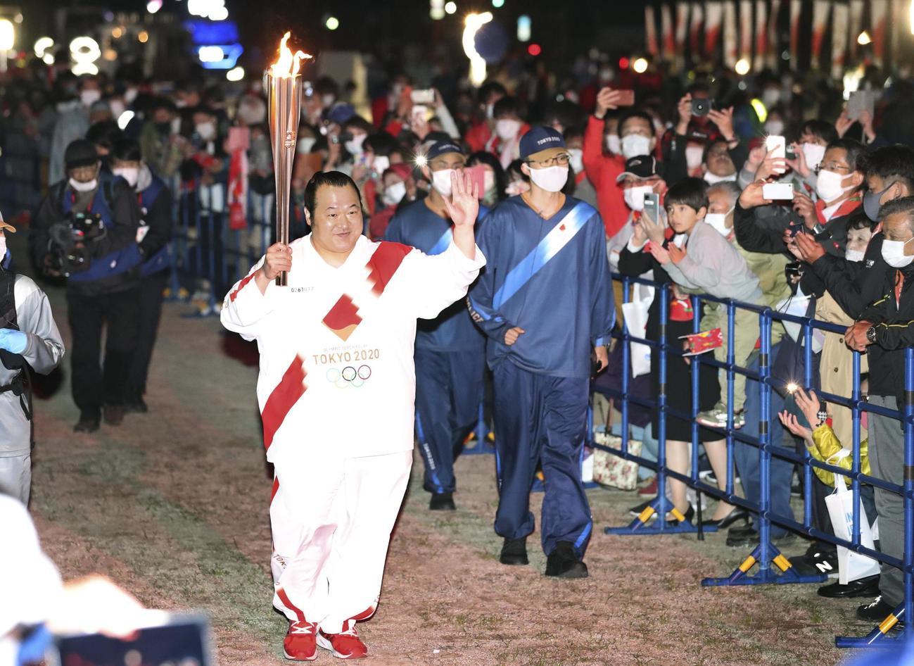 聖火ランナーを務めた大相撲の井筒親方=19日午後、高知県宿毛市(共同)