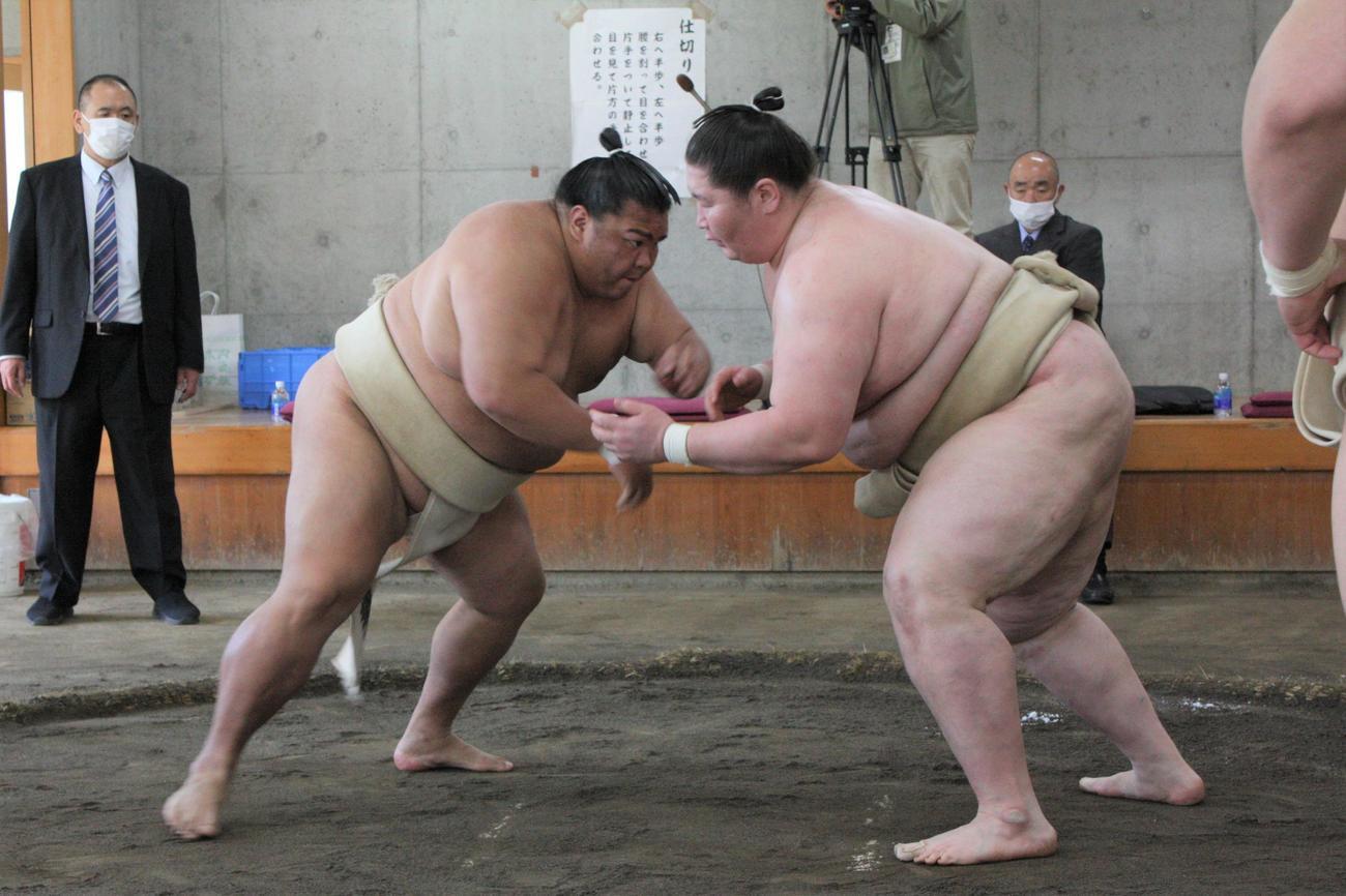 合同稽古で逸ノ城(右)と相撲を取る御嶽海(代表撮影)