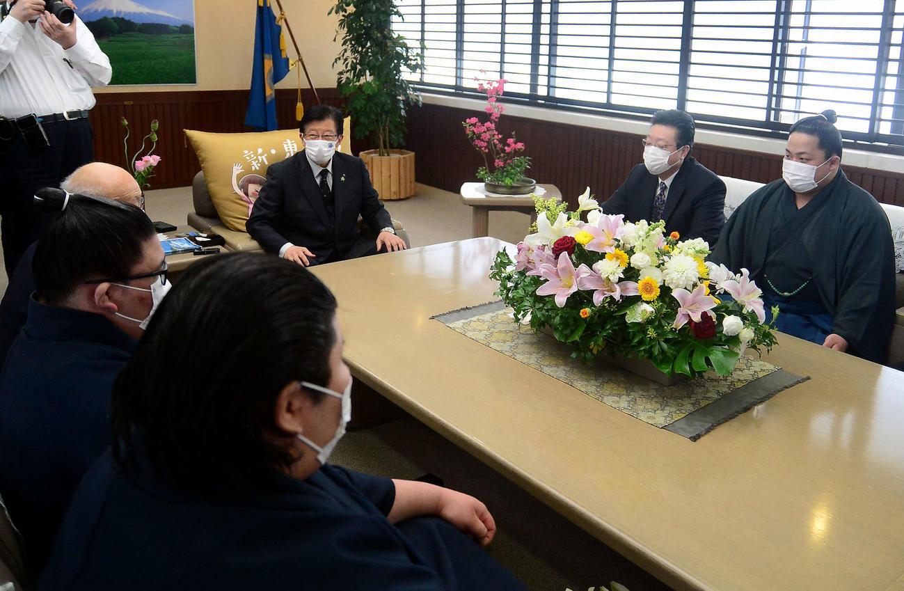 川勝静岡県知事(中央奥)を表敬訪問した翠富士(右端)。右から2人目は伊勢ケ浜親方
