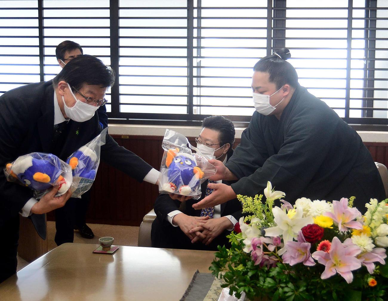 川勝県知事(左端)から静岡県のマスコット「ふじっぴー」の人形を受け取る翠富士(右端)