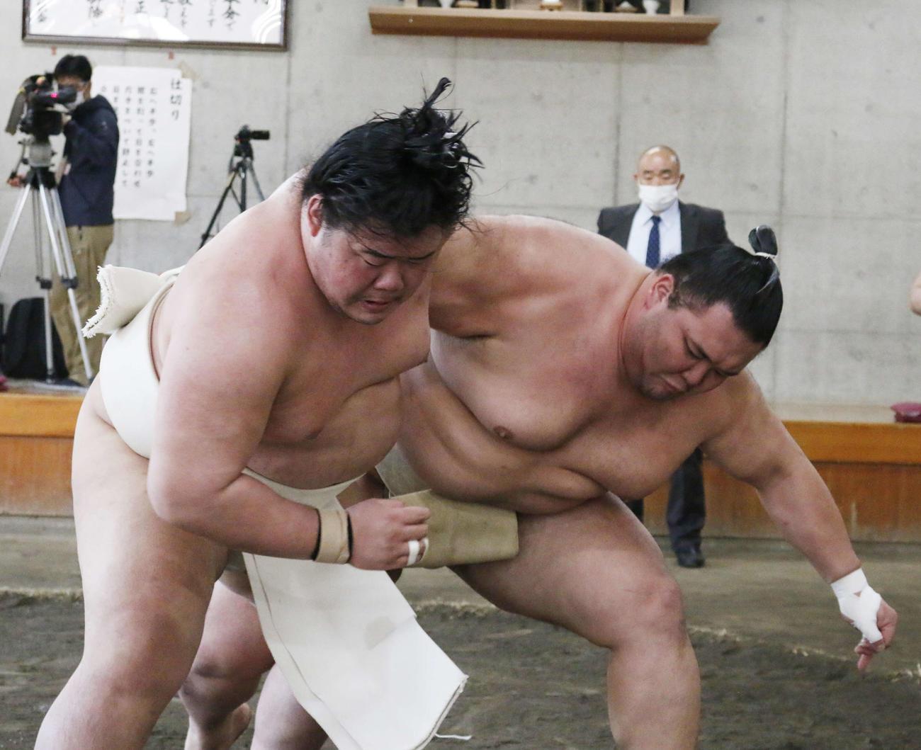 夏場所に向けた合同稽古に参加し、三番稽古で明生(左)と相撲を取る朝乃山(撮影・佐藤礼征)