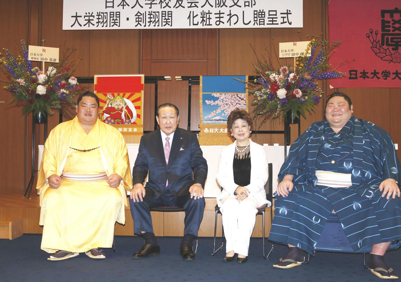 「日本大学校友会大阪支部」による化粧まわし贈呈式に出席した、左から大栄翔、日大の田中英壽理事長、田中優子夫人、剣翔