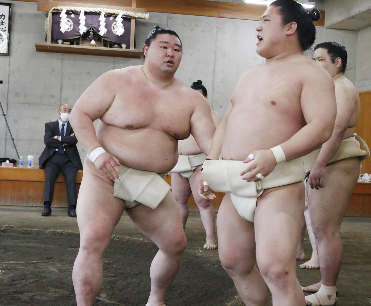 夏場所に向けた合同稽古に参加し、三番稽古で若隆景を寄り切った正代(左)(撮影・佐藤礼征)