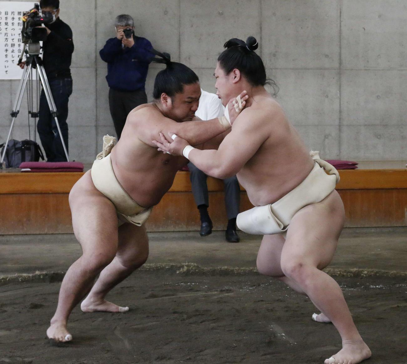 夏場所に向けた合同稽古で関取衆との申し合いに参加する石浦(左)(代表撮影)