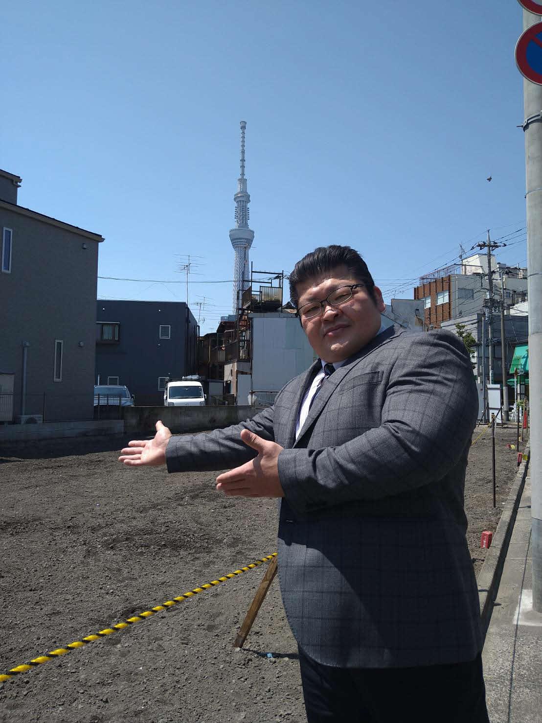 新たに部屋を建てる場所で記念撮影をする押尾川親方(押尾川親方提供)