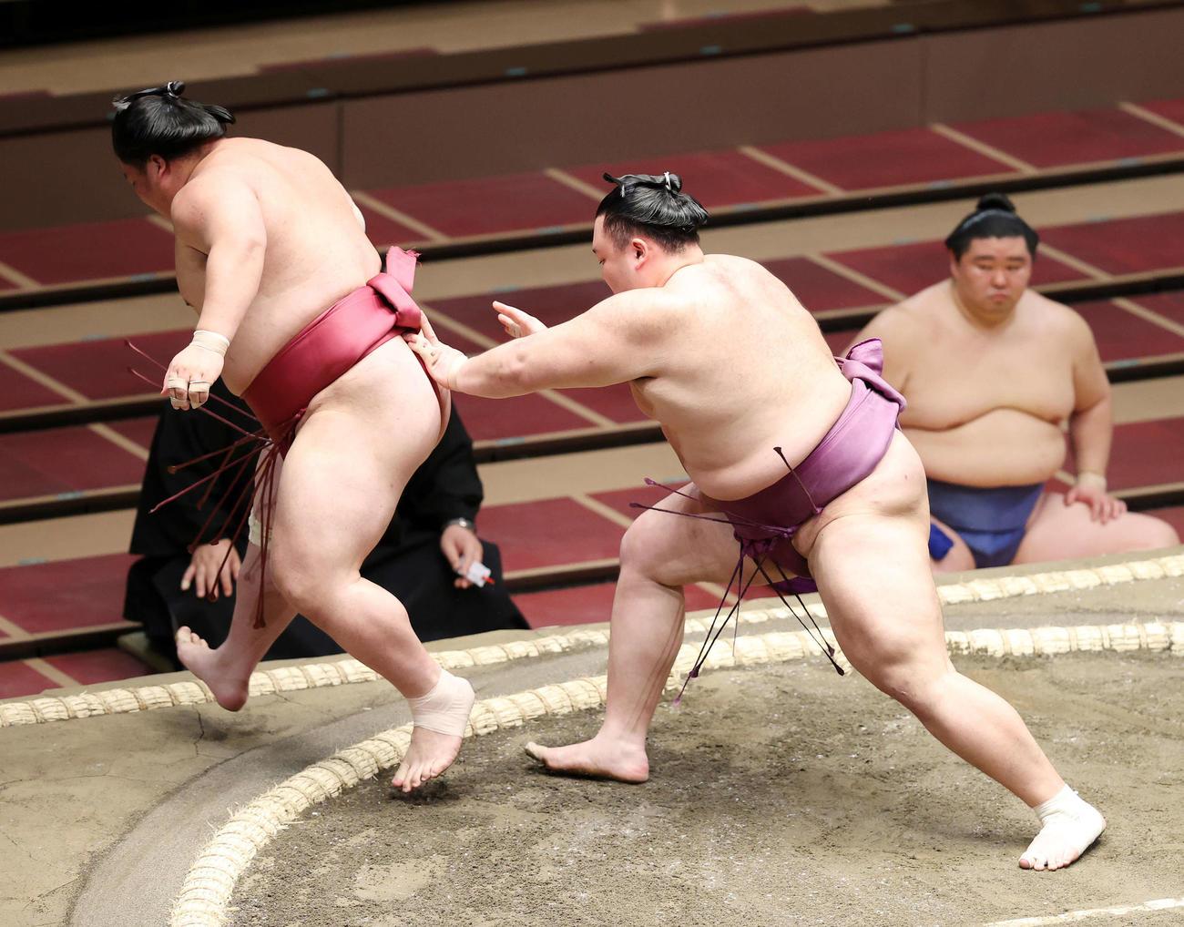 大栄翔(左)を送り出しで破る朝乃山(撮影・鈴木正人)