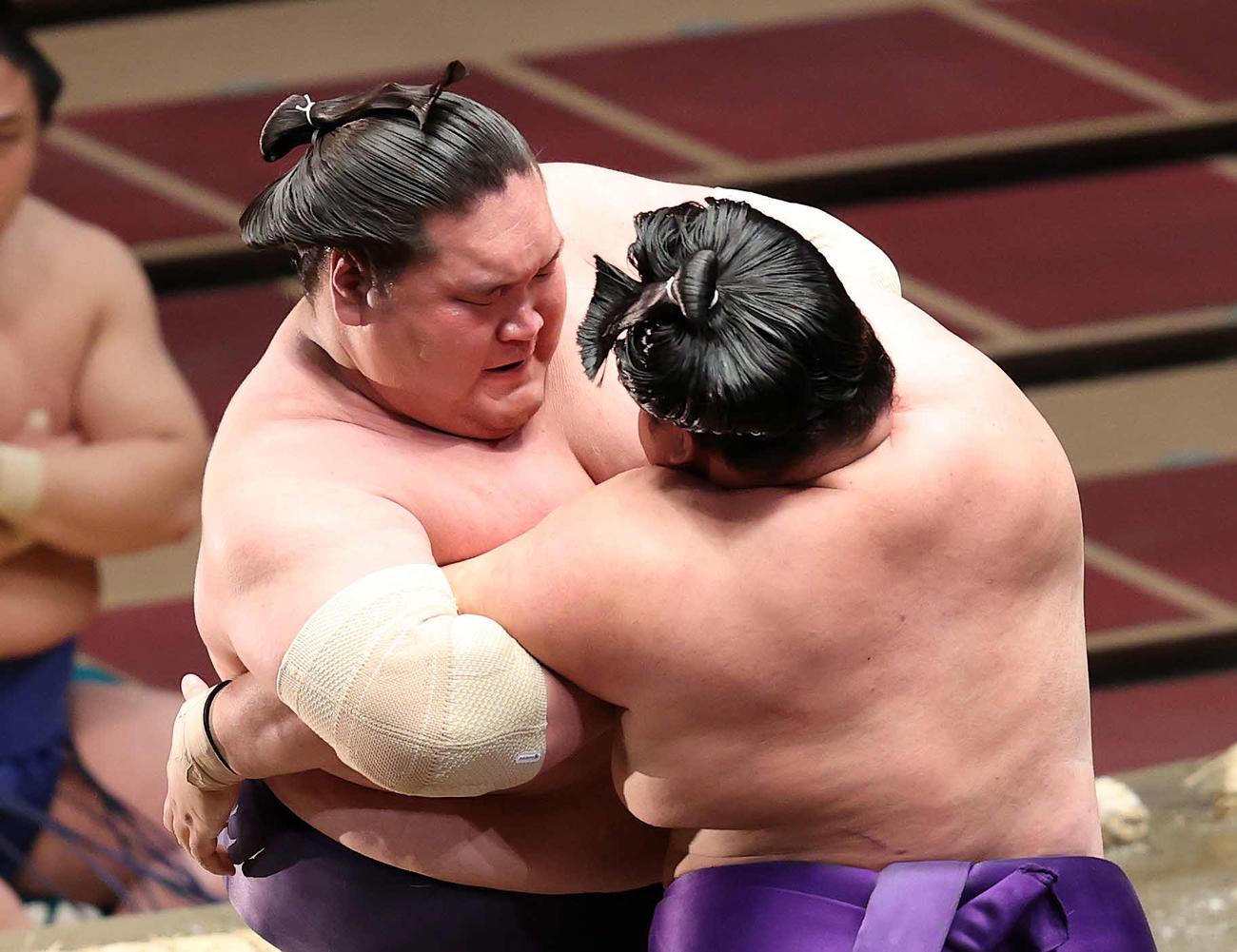 明生(右)を攻める照ノ富士(撮影・鈴木正人)