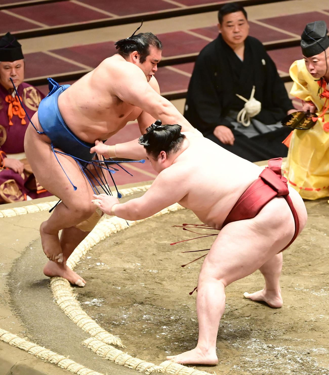 隆の勝(右)は千代の国を押し出しで破る(撮影・小沢裕)
