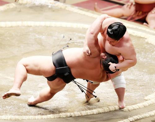 千代ノ皇(左)を肩すかしで破る宇良(撮影・鈴木正人)