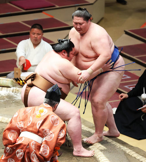 逸ノ城(右)を寄り切りで破る剣翔(撮影・河田真司)