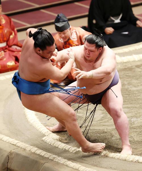 豊昇龍(左)を寄り切りで破る阿武咲(撮影・鈴木正人)