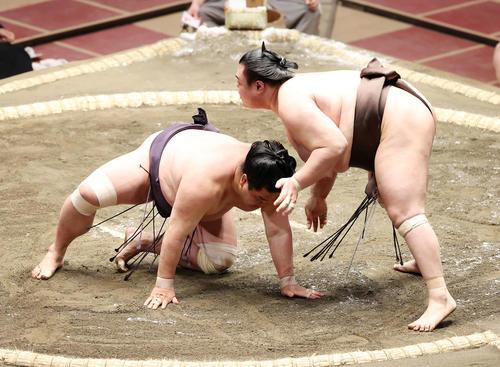 妙義龍(左)を寄り倒しで破る英乃海(撮影・鈴木正人)
