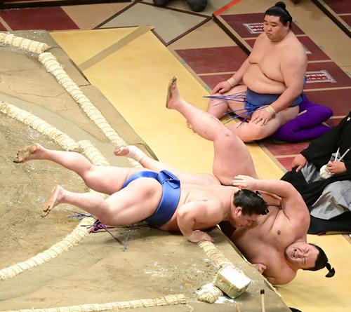 若隆景(左)は寄り倒しで朝乃山を破る。右奥は正代(撮影・小沢裕)