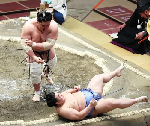 翔猿(右)を上手投げで破る照ノ富士(撮影・河田真司)