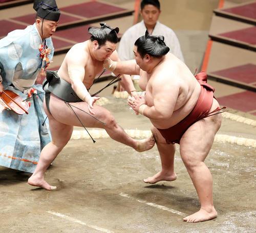 徳勝龍(右)に足で攻める炎鵬(撮影・鈴木正人)