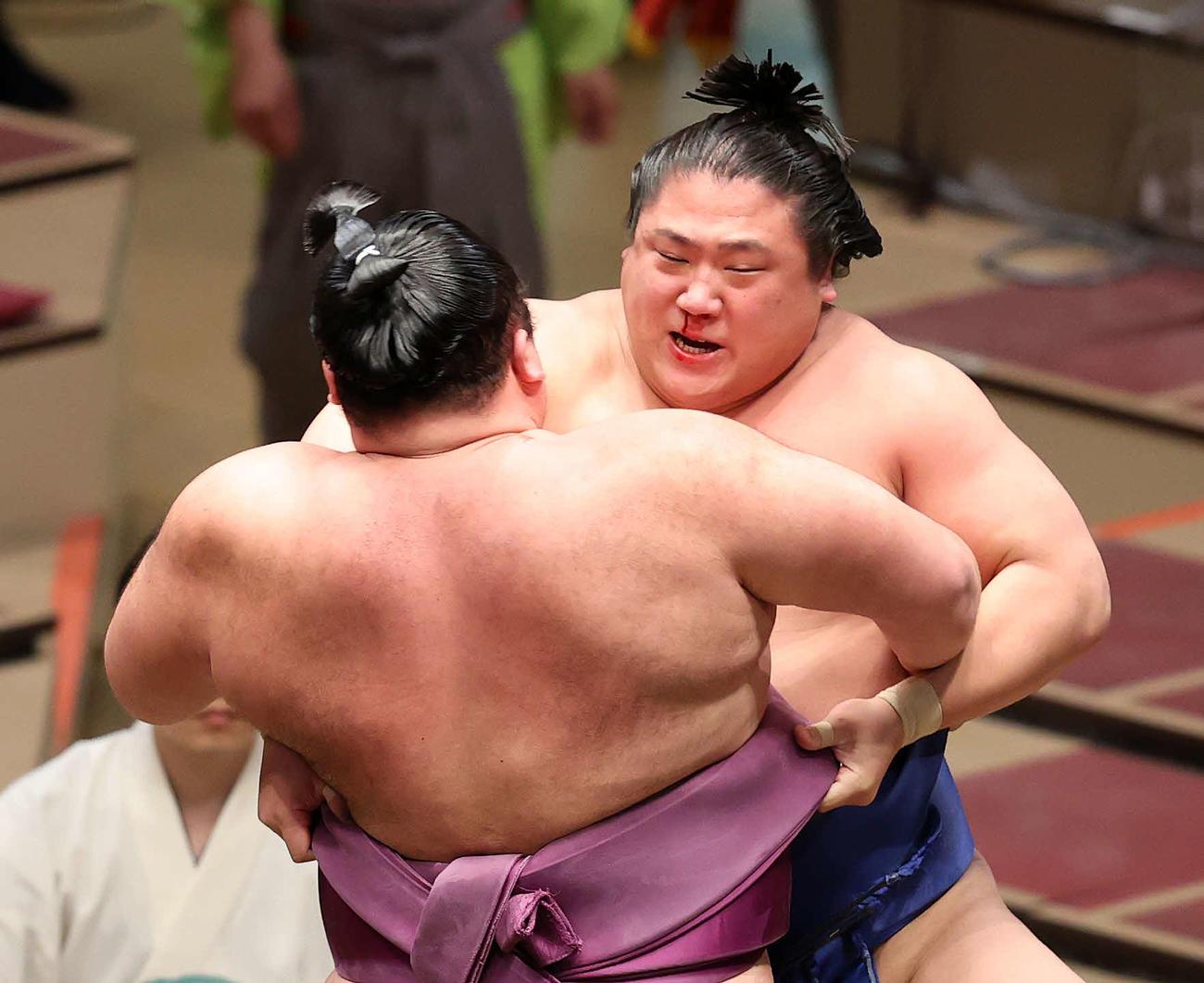 朝乃山(手前)を攻める若隆景(撮影・鈴木正人)