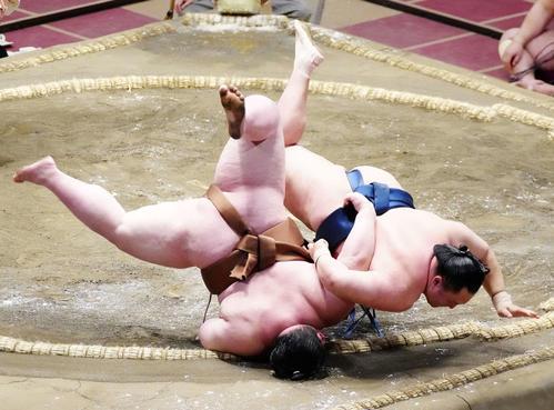剣翔(左)を上手投げで破る玉鷲(撮影・江口和貴)