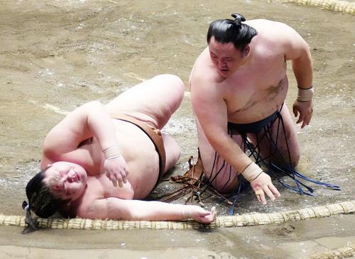 剣翔(左)を上手投げで破った玉鷲(撮影・江口和貴)