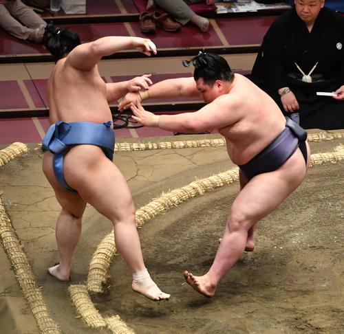 同体取り直しの一番で、阿武咲(右)は翔猿を押し出しで破る(撮影・柴田隆二)