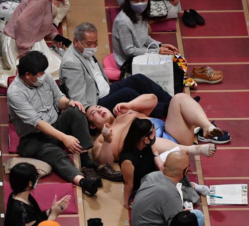 同体取り直しの一番で、阿武咲の押し出しに客席まで飛んだ翔猿(撮影・柴田隆二)
