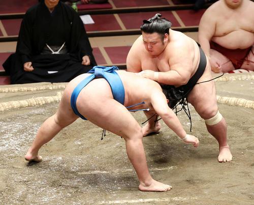 豊昇龍(左)をはたき込みで破る貴景勝(撮影・鈴木正人)