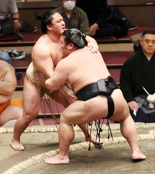 石浦(左)を寄り切りで破る千代ノ皇(撮影・鈴木正人)