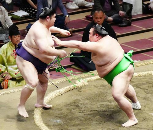 明瀬山(左)を押し出しで破る千代丸(撮影・江口和貴)
