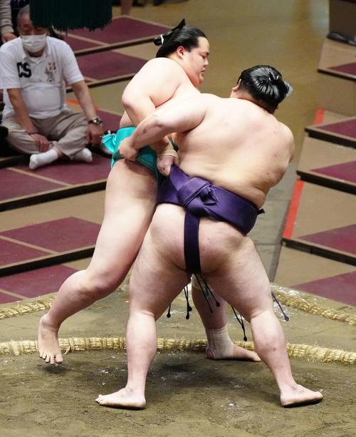 大奄美(右)に寄り切りで敗れる琴ノ若(撮影・江口和貴)