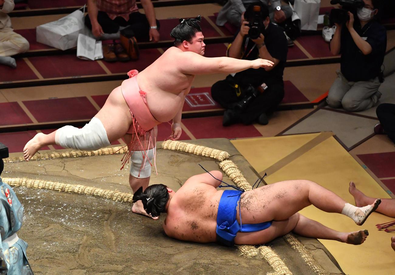 宇良(左)は琴勝峰を肩透かしで破る(撮影・柴田隆二)