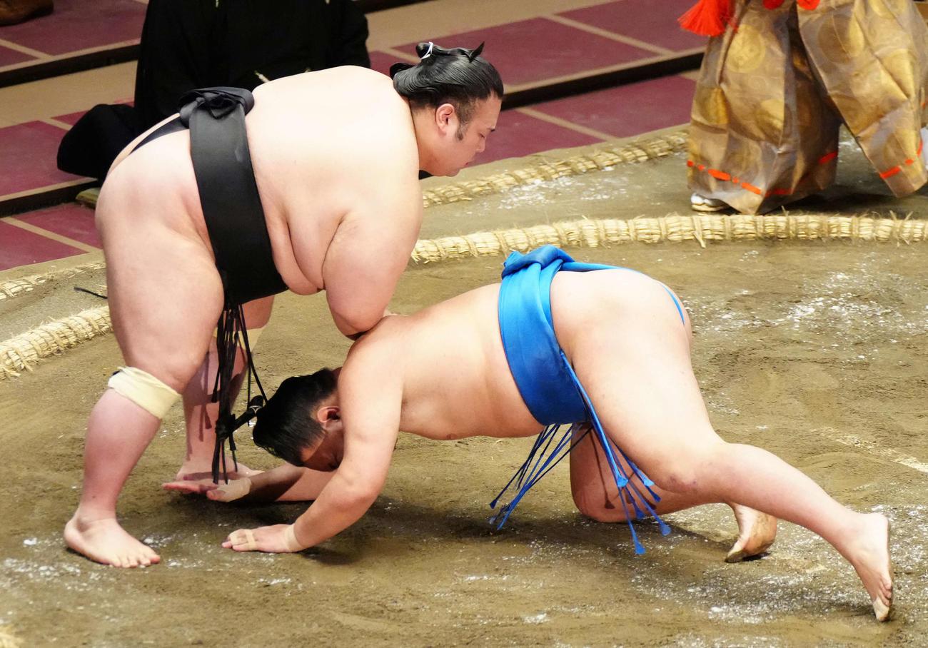 豊昇龍(右)をはたき込みで破る貴景勝(撮影・江口和貴)