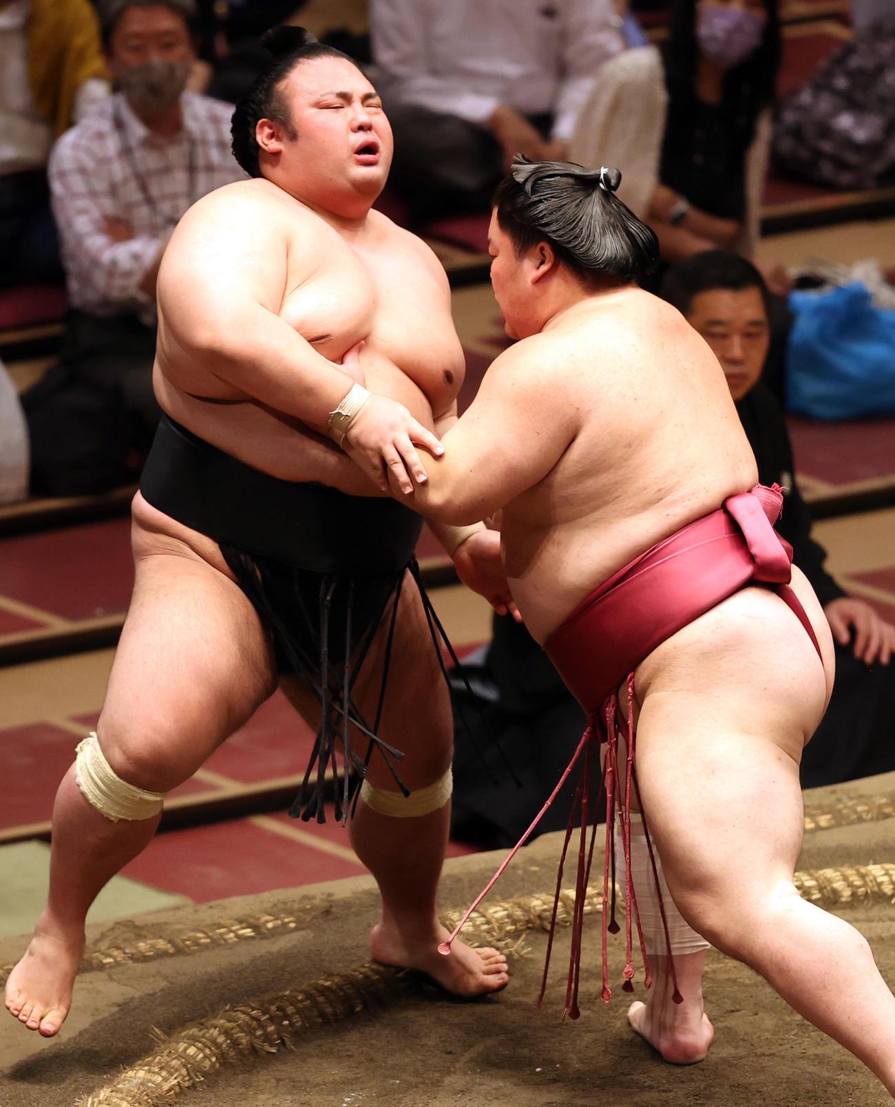 大栄翔(右)に押し出しで敗れ、悔しがる貴景勝(撮影・狩俣裕三)
