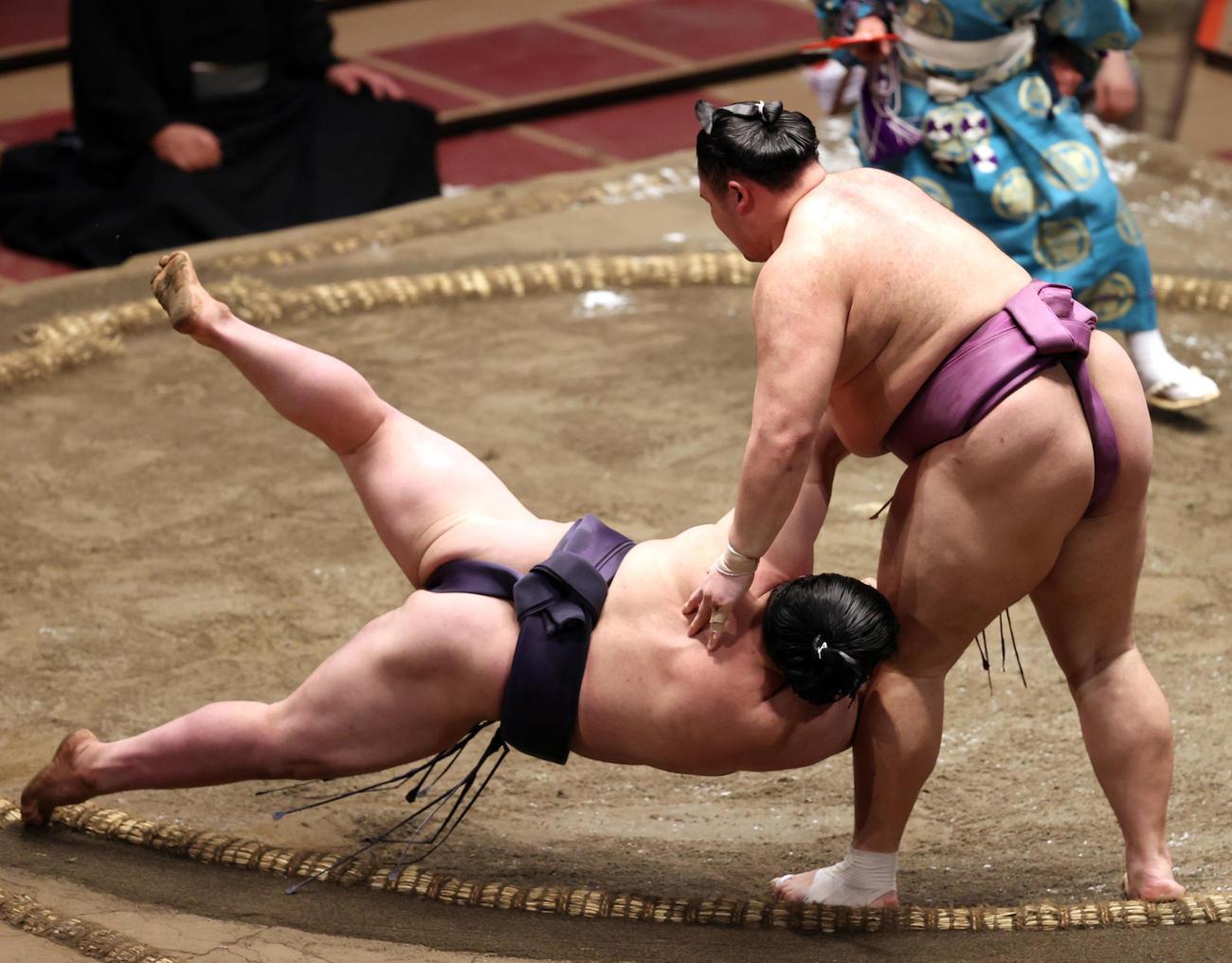阿武咲(左)を小手投げで破る朝乃山(撮影・狩俣裕三)