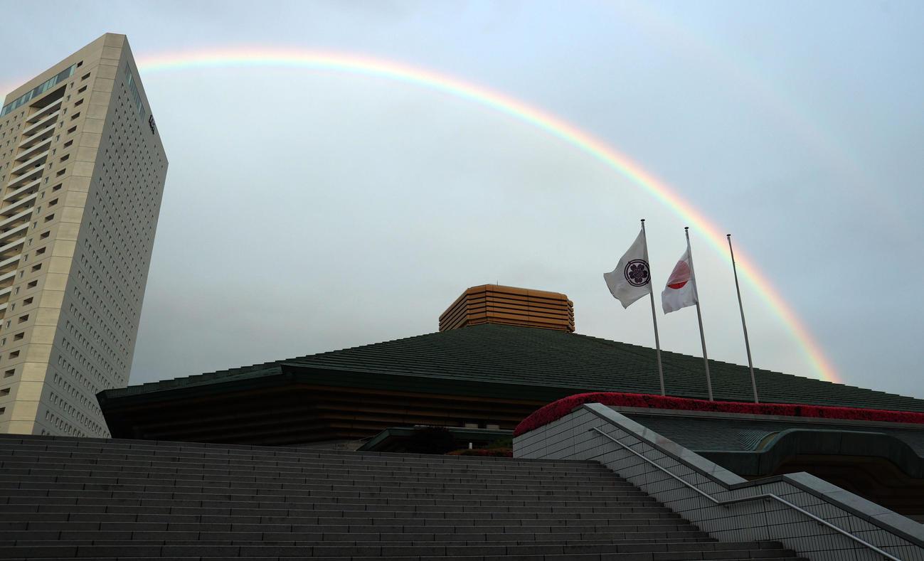 大相撲9日目を終え、両国国技館には大きな虹が架かっていた(撮影・狩俣裕三)