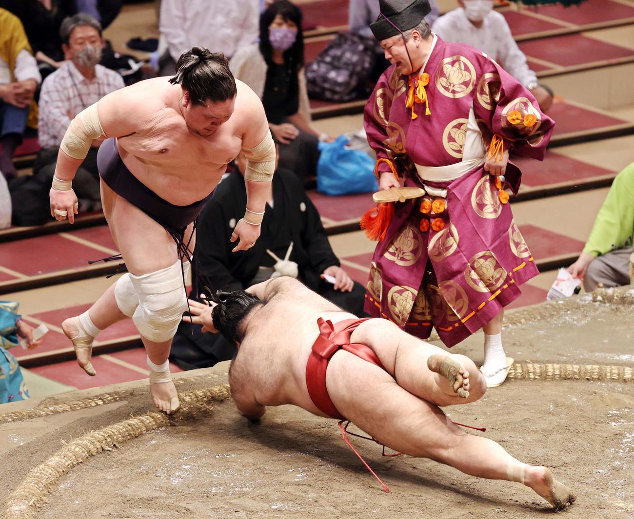 高安(右)をはたき込みで破る照ノ富士(撮影・狩俣裕三)