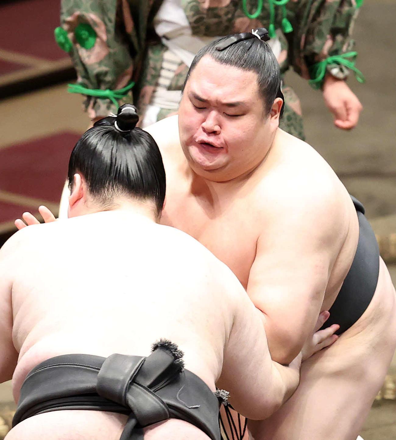 北洋山(左)を攻める友風(撮影・鈴木正人)