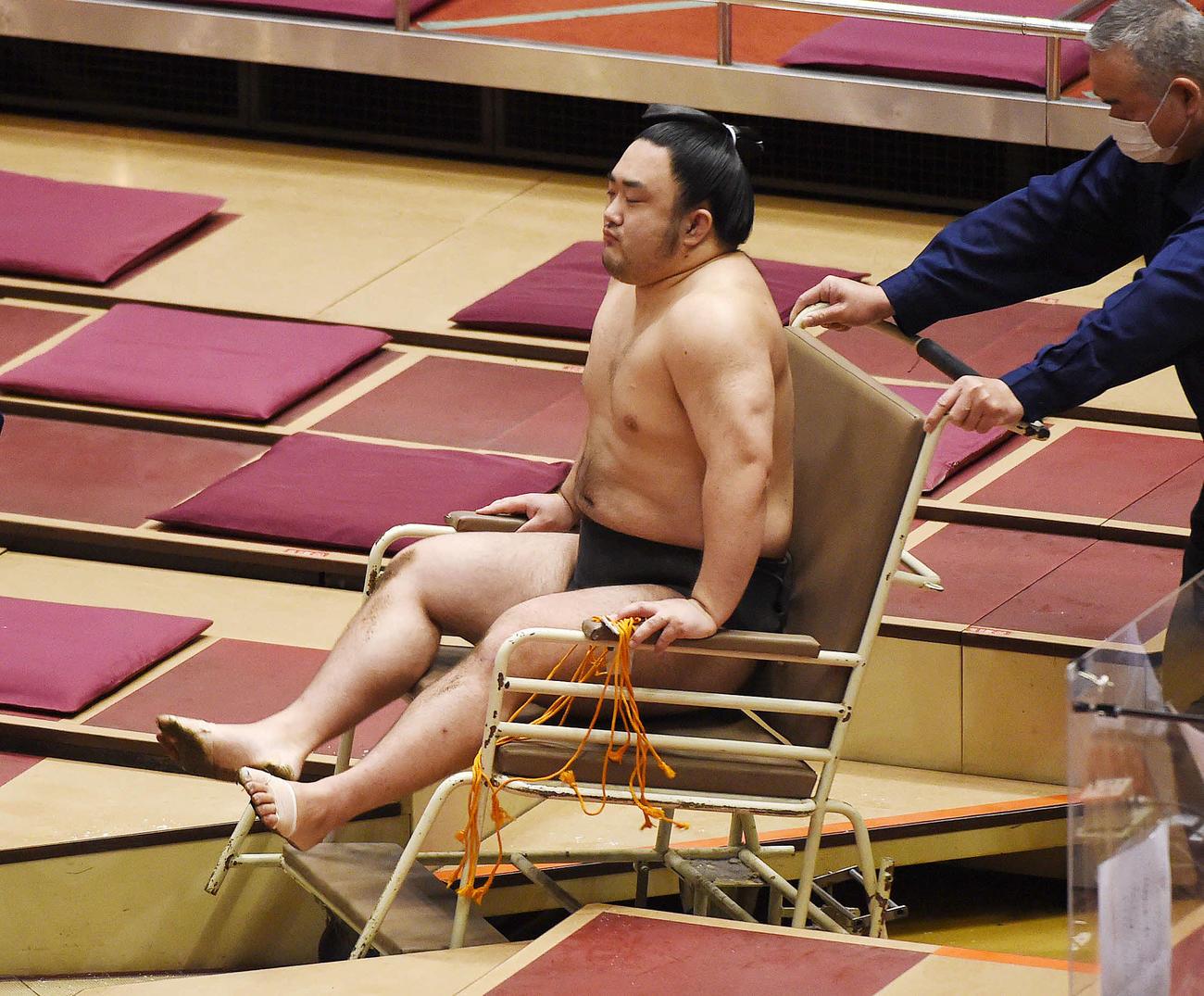 負傷し車イスで移動する武士(撮影・鈴木正人)