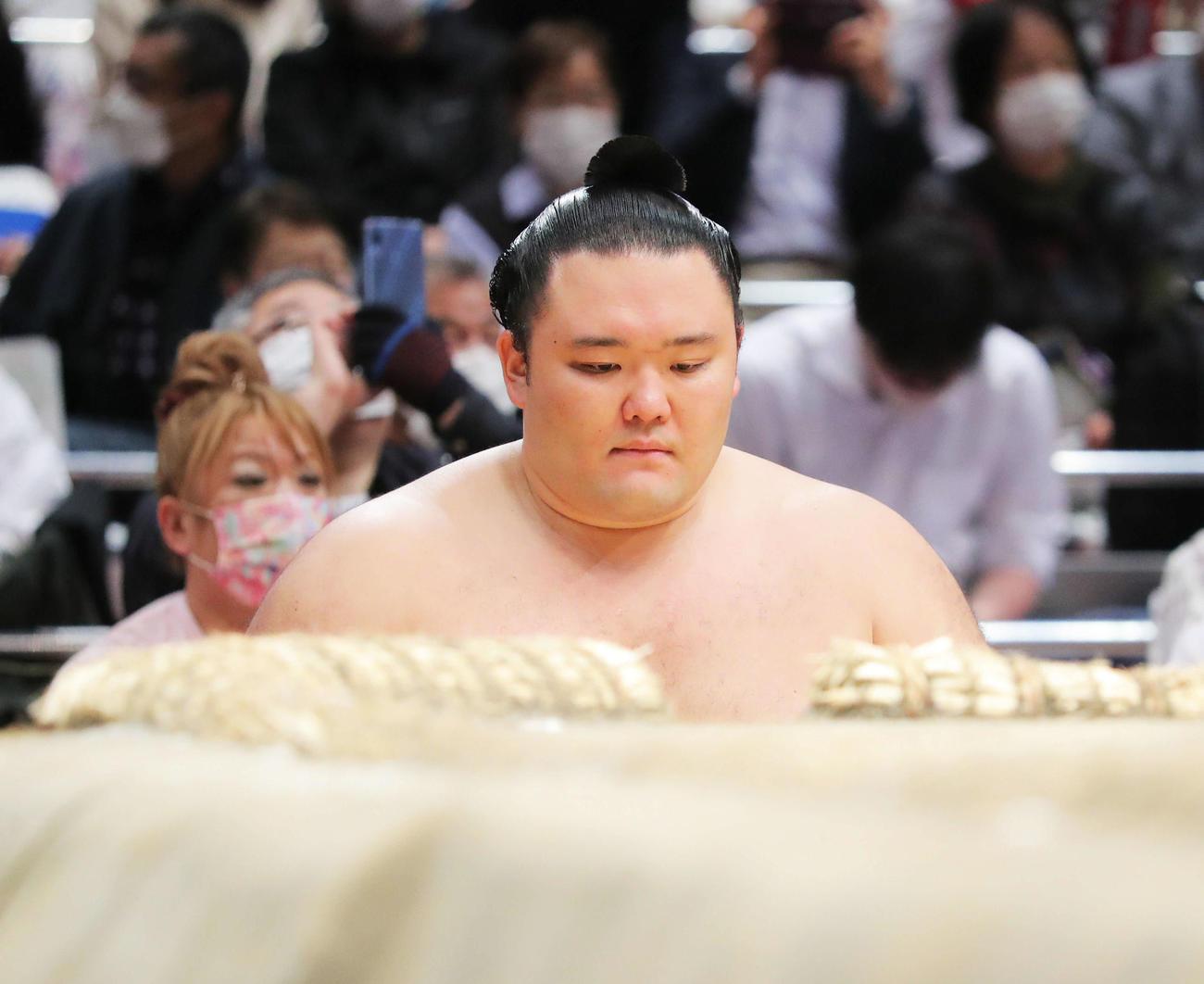 19日、土俵下で待機する朝乃山(撮影・河田真司)