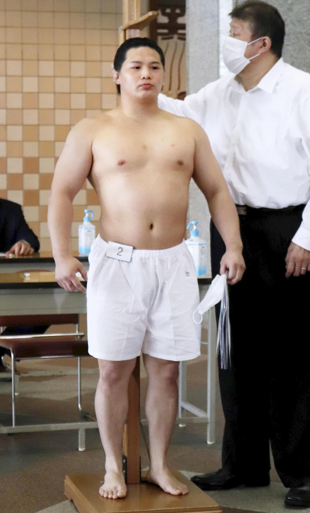 新弟子検査で身長を測る渡辺晋太郎(日本相撲協会提供・共同)