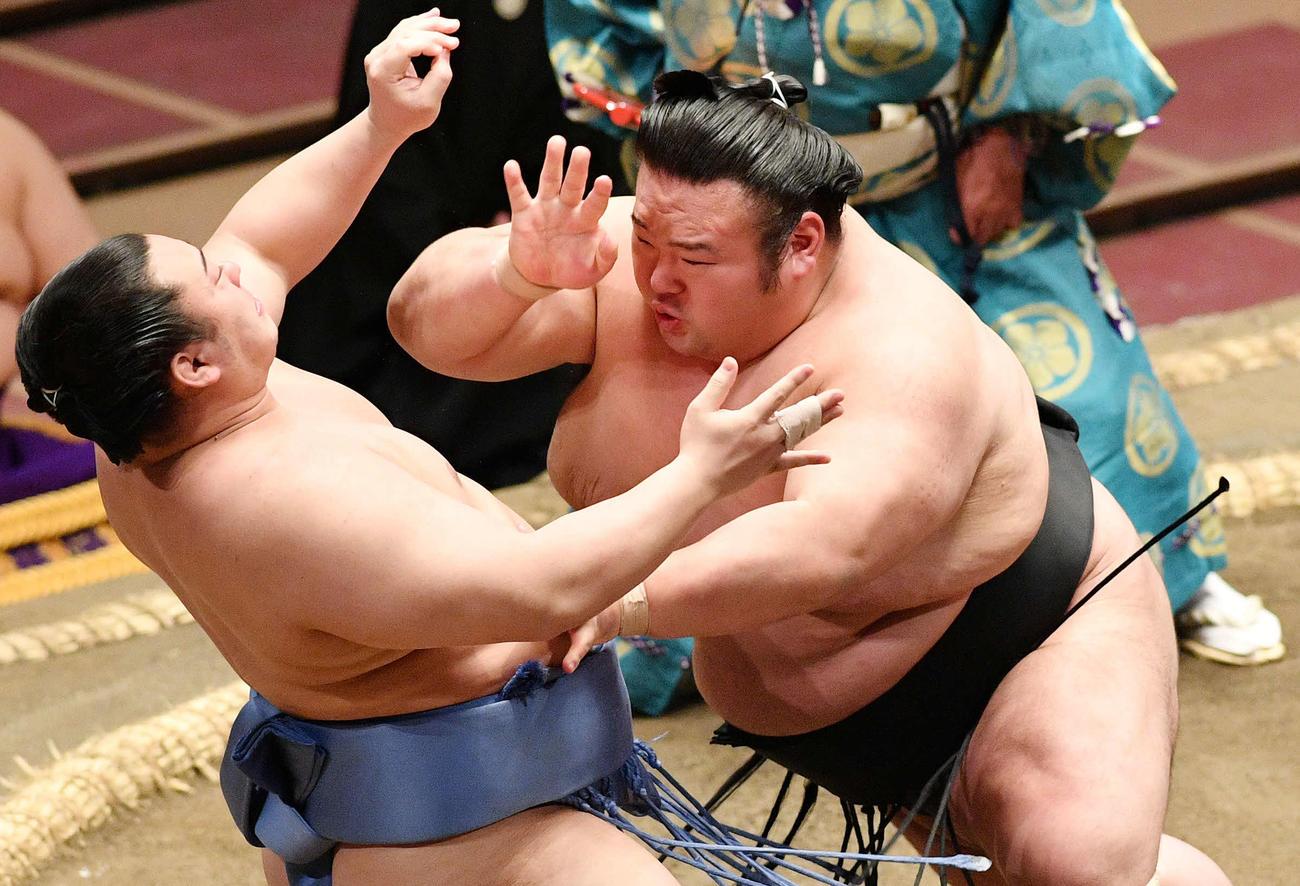 5月14日、夏場所6日目の取り組みで翔猿(左)を攻める貴景勝