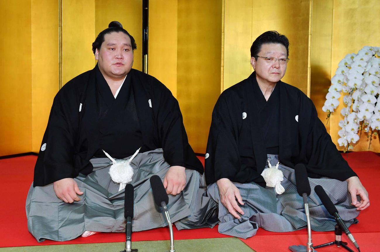伝達式後、会見に臨む新横綱照ノ富士(左)、伊勢ケ浜親方(撮影・柴田隆二)