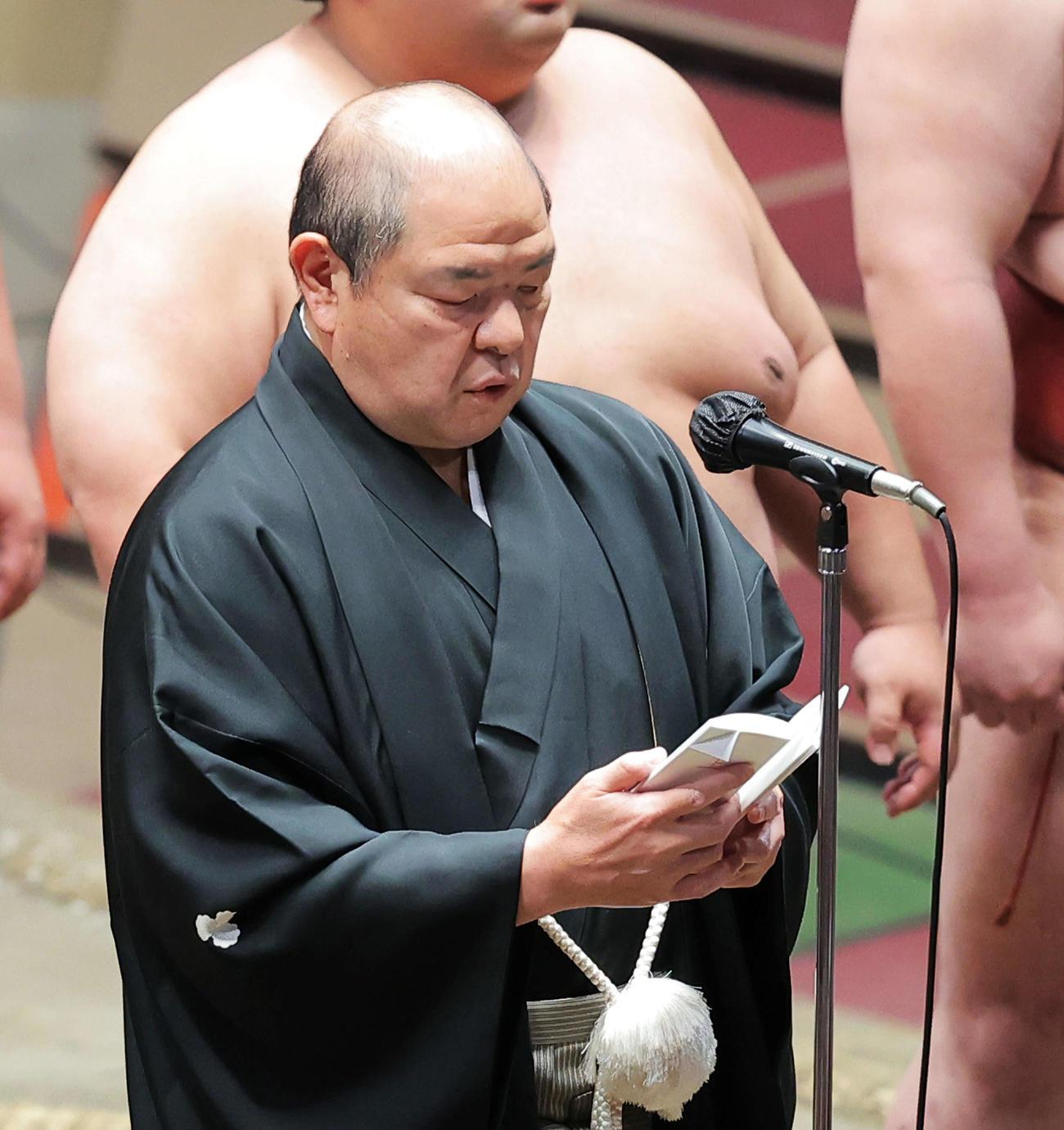 夏場所千秋楽で協会あいさつに臨む八角理事長(2021年5月23日撮影)