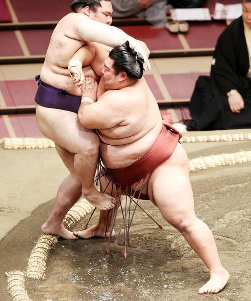 大奄美(左)を押し出しで破る徳勝龍(撮影・鈴木正人)