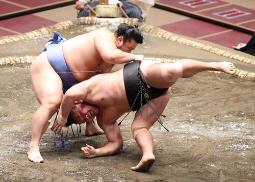照強(右)を上手投げで破る翔猿(撮影・河野匠)