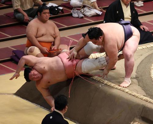 宇良(左)を押し倒す阿武咲(撮影・河野匠)