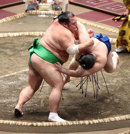一山本(右)をすくい投げで破る千代丸(撮影・河野匠)