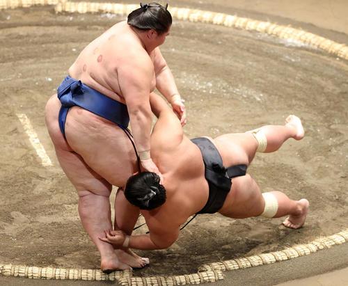 逸ノ城(左)に上手投げで敗れる貴景勝(撮影・鈴木正人)