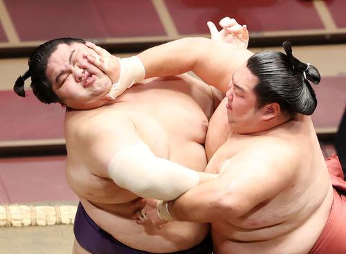 大奄美(左)を攻める徳勝龍(撮影・鈴木正人)